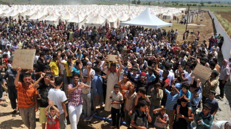Syrian refugees at the Turkish Syrian border. Photo: Thomas Koch.